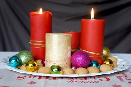 Adventskranz mit Christbaumkugeln