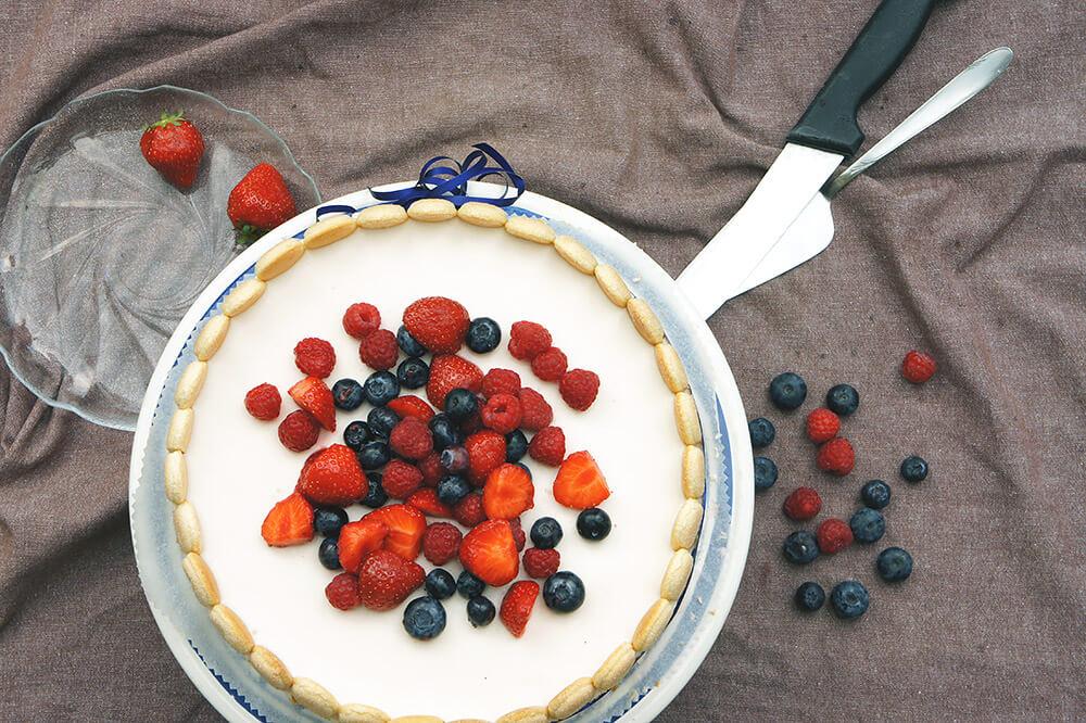 Erdbeer-Joghurt Charlotte: Fruchtige Joghurttorte mit Schokolade Biskuit und Biskotten