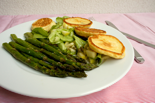 Gebackener Spargel mit Ziegenkäse-Pancakes - Kochabo