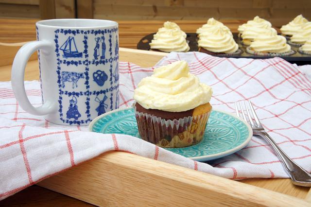 Black & White Cupcakes mit Mangotopping