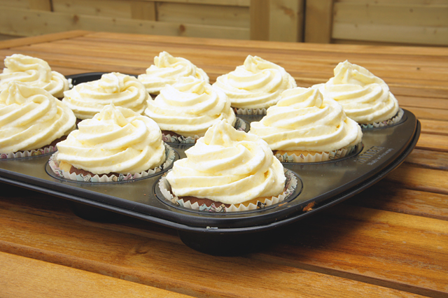 Black & White Cupcakes mit Mangotopping