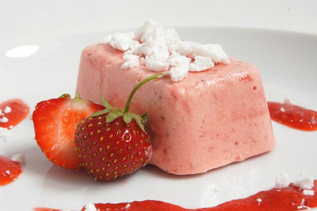 Erdbeerparfait mit Baiser