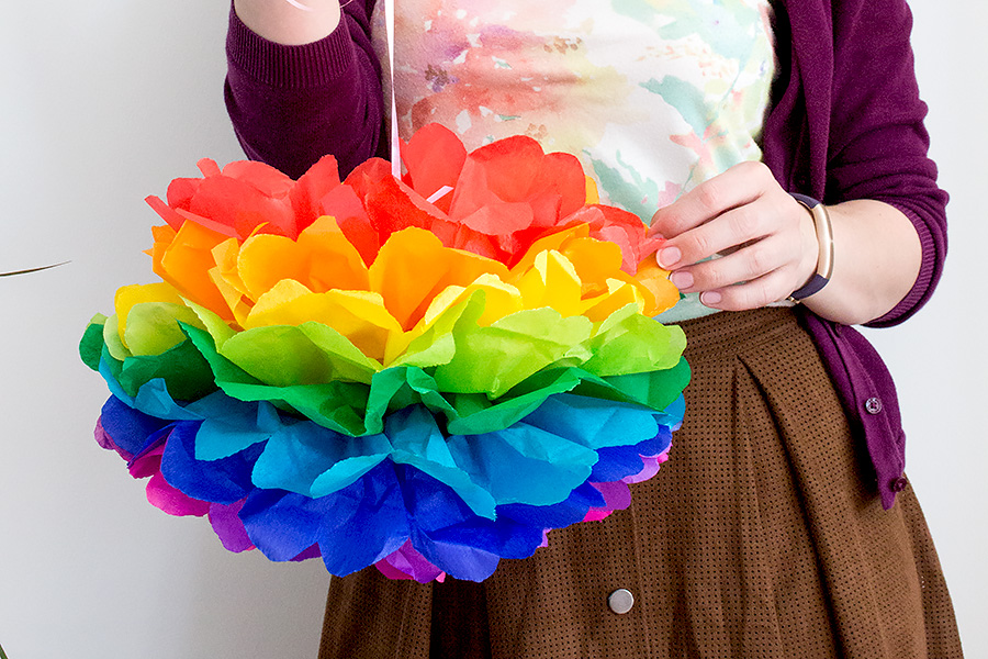 diy regenbogen pompoms aus seidenpapier basteln orangenmond. Black Bedroom Furniture Sets. Home Design Ideas