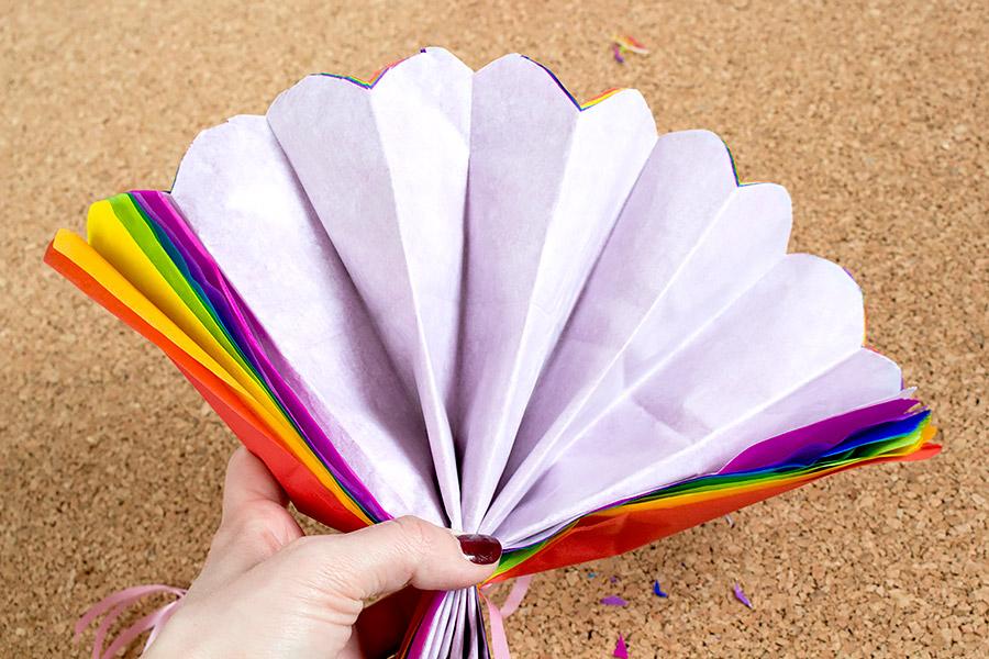 DiY Regenbogen Pompom aus Seidenpapier Bastelanleitung - Schritt 9
