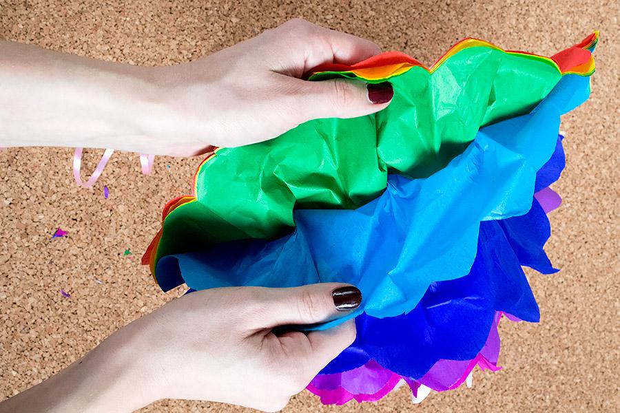 DiY Regenbogen Pompom aus Seidenpapier Bastelanleitung - Schritt 10