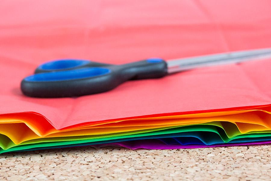 DiY Regenbogen Pompom aus Seidenpapier Bastelanleitung - Schritt 2
