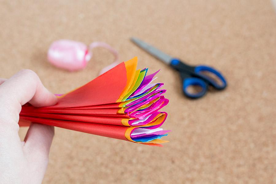 DiY Regenbogen Pompom aus Seidenpapier Bastelanleitung - Schritt 4