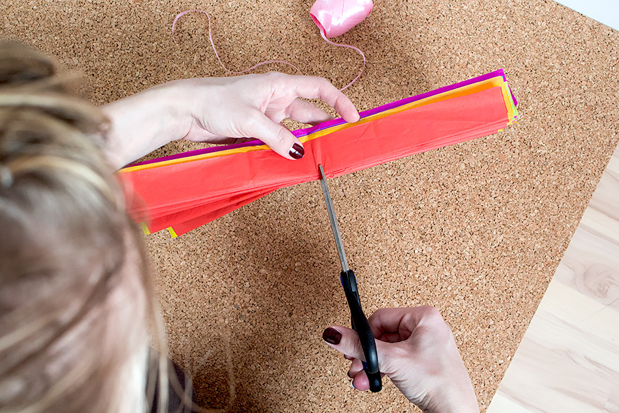 DiY Regenbogen Pompom aus Seidenpapier Bastelanleitung - Schritt 6