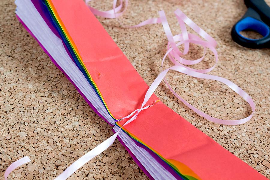 DiY Regenbogen Pompom aus Seidenpapier Bastelanleitung - Schritt 7