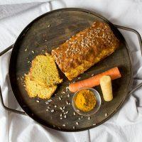Idee für ein Frühstück ohne Zucker: Karotten-Thymian Frühstückskuchen - perfekt zum vorkochen!