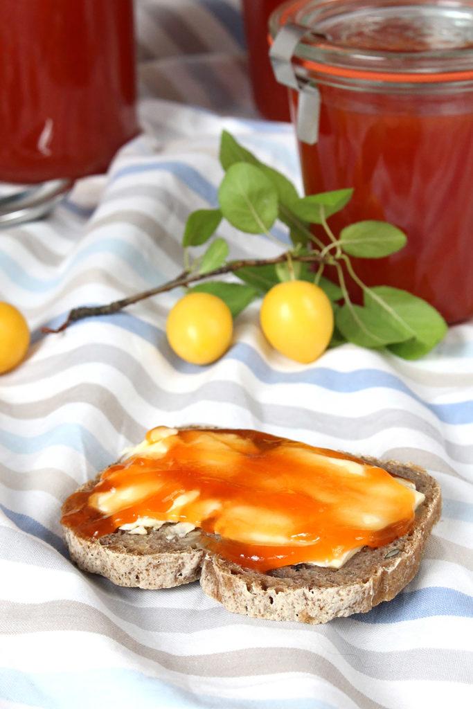Fast vergessen sind die es wert wiederentdeckt zu werden: Kriecherl (auch Mirabellen oder Ringlotten genannt) bringen mit ihrem säuerlichen Geschmack ordentlich Frische aufs Sommerbrot!